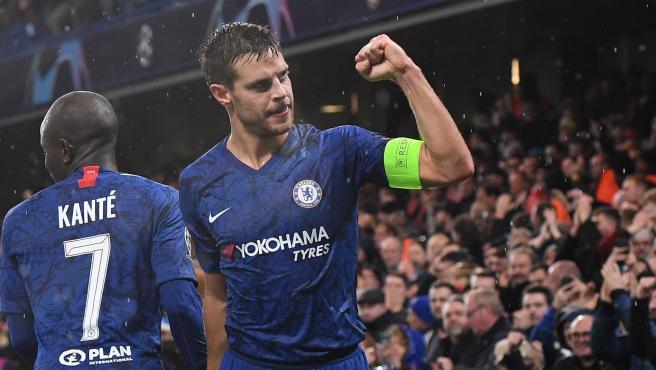 César Azpilicueta celebra un gol con el Chelsea.