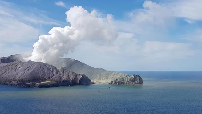 El volcán Whakaari, en la isla de Nueva Zelanda del mismo nombre, en plena erupción.