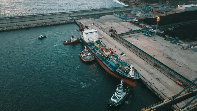 Imagen tomada con dron del 'Blue Star' a su llegada al puerto exterior de Ferrol, donde ha sido amarrado tras ser rescatado por un dipositivo que logró desencallar al buque quimiquero que llevaba varado en la costa de As Mirandas, en Ares (A Coruña), desd