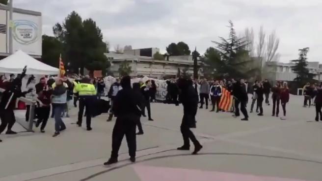 Palos y empujones entre estudiantes radicales independentistas y seguridad privada en la UAB.