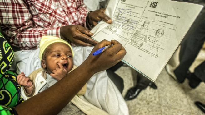 Una mujer registra el nacimiento de su hijo en Kinshasa, República Democrática del Congo, durante una campaña de UNICEF.