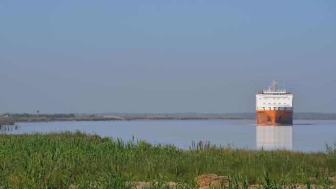 Barco navegando por el estuario del río Guadalquivir (Foto de archivo).