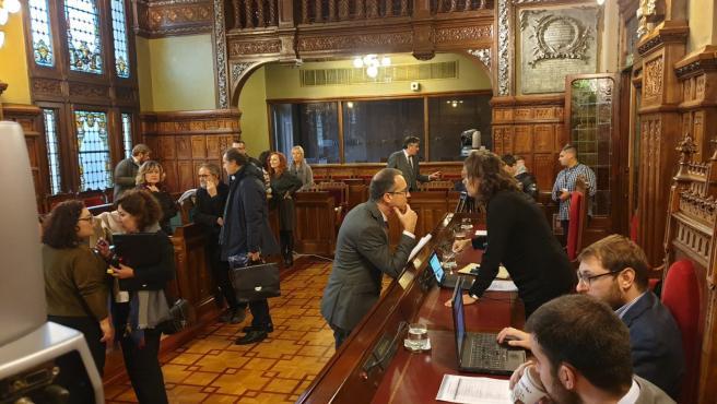 El consejero de Salud, Pablo Fernández, hablando con Beatriz Polledo