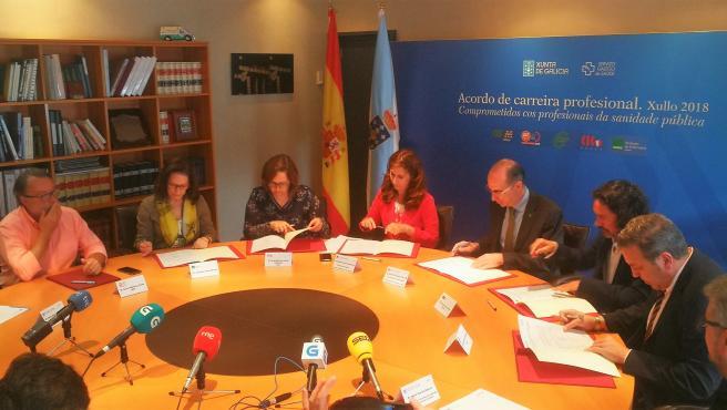 El conselleiro de Sanidade, Jesús Vázquez Almuiña, y representantes de CSIF, CEMS, CIG, UGT y Satse en la firma del acuerdo sobre la carrera profesional