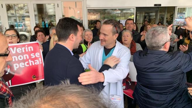 El secretario xeral del PSdeG, Gonzalo Caballero, con los participantes en la protesta del Hospital de Verín