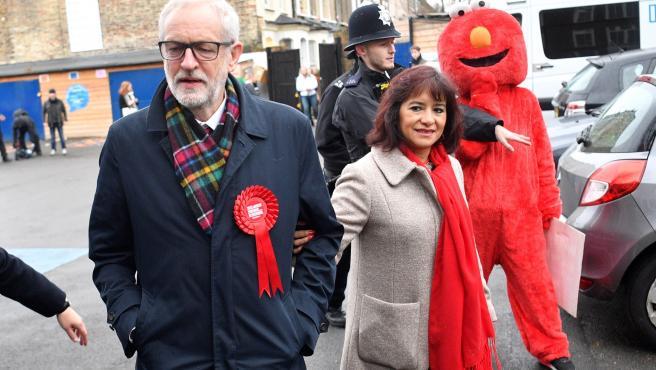 Una activista vestida de Elmo trata de llegar hasta el líder laborista Jeremy Corbyn.