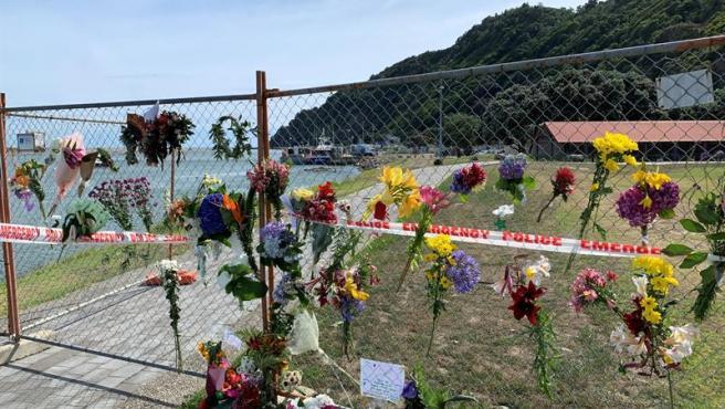 Flores y mensajes en memoria de las víctimas de la erupción del volcán Whakaari, en Nuevva Zelanda.