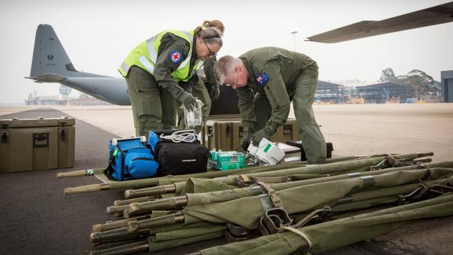 Militares australianos preparan material donado a Nueva Zelanda para tratar a los heridos del volcán Whakaari.