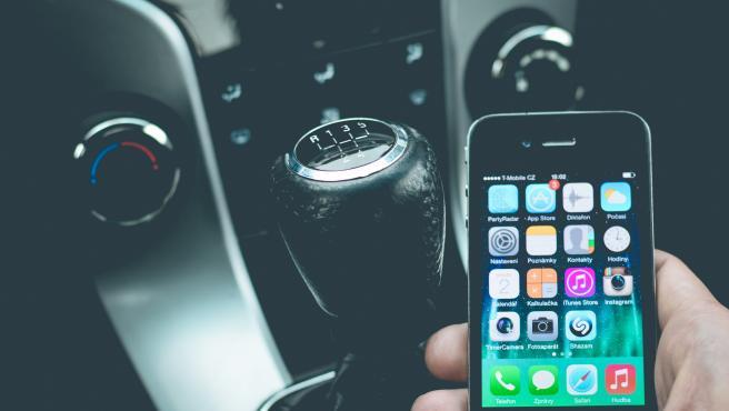 Las personas que miran el móvil al volante tienen 4 veces más riesgo de sufrir un accidente.