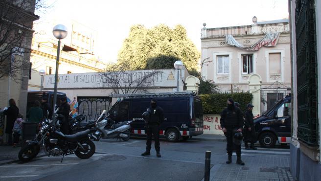 Els Mossos d'Esquadra davant les casetes de l'Encarnació en el desallotjament del 14 de febrer del 2019.