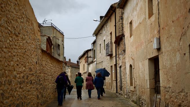 Una grupo de mujeres pasea por un pueblo de la provincia de Soria.
