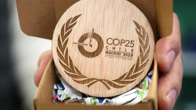 Detalle de las medallas conmemorativas de la Cumbre del Clima de Madrid (COP25).