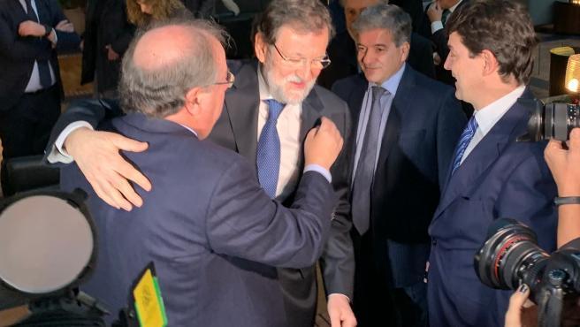 El expresidente del Gobierno Mariano Rajoy saluda al expresidente de la Junta Juan Vicente Herrera, en presencia del actual, Alfonso Fernández Mañueco.