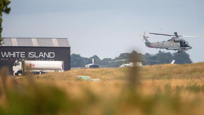 Un helicóptero militar, durante la búsqueda de los desaparecidos tras la erupción del volcán Whakaari, en Nueva Zelanda.