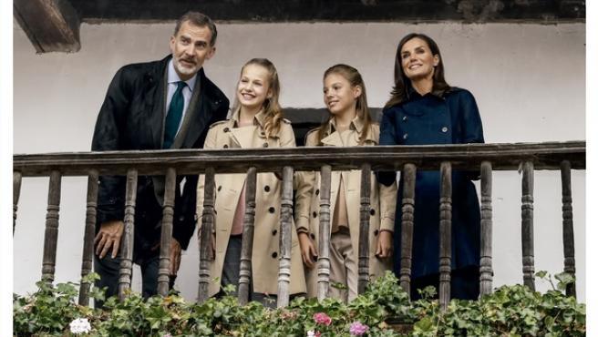 Felicitación de Navidad de Sus Majestades los Reyes. Fotografía de Sus Majestades los Reyes, Su Alteza Real la Princesa de Asturias y Su Alteza Real la Infanta Doña Sofía