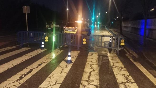 Imagen de una carretera cortada por la Policía Municipal de Pamplona por las inundaciones