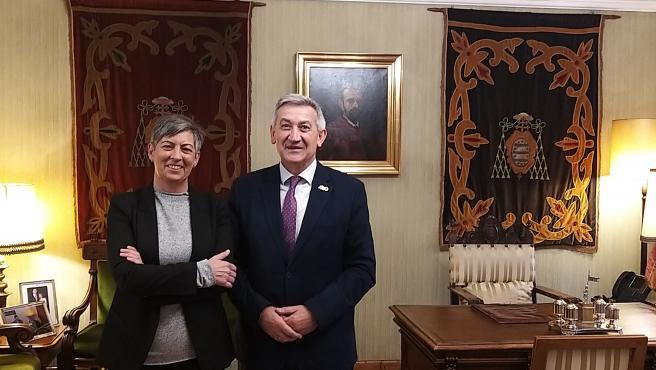 La presidenta de HIDES, Mar González y el recto de la Universidad de Oviedo, Santiago García Granda.