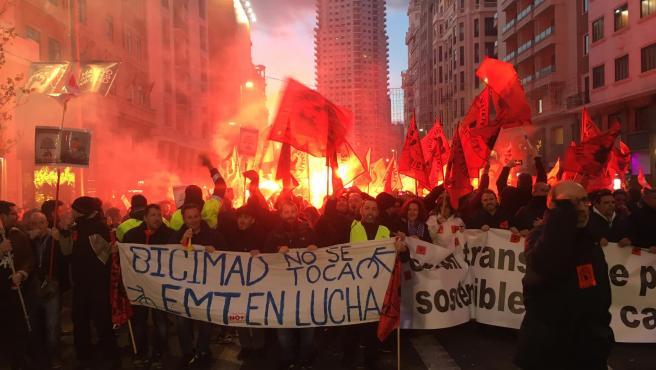 Más de 4.000 trabajadores de la EMT bloquean con una sentada la Gran Vía para exigir que Almeida 'se siente a negociar'