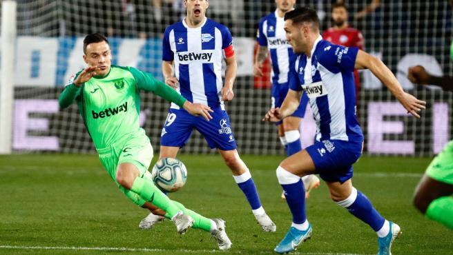 El alavesista Lucas Pérez pugna por un balón con el jugador del Leganés Roque Mesa