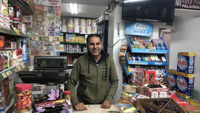 Saleem Sha, paquistaní residente en Barcelona, habla urdú con su familia y amigos