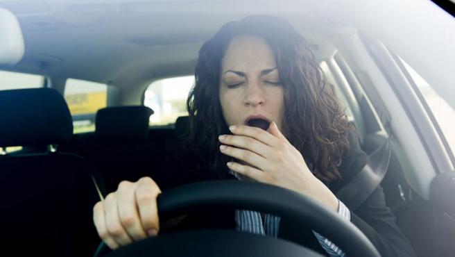 Mujer con sueño mientras conduce