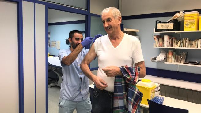 Un paciente recibiendo una vacuna contra la gripe.
