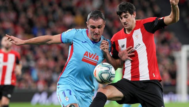 Kike García y Mikel San José pugnan por un balón en el Athletic - Eibar