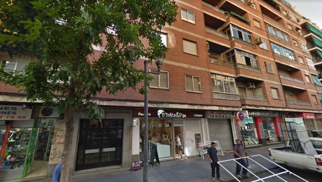 Imagen de archivo del portal del edificio en el que ha tenido lugar el incendio en Granada.