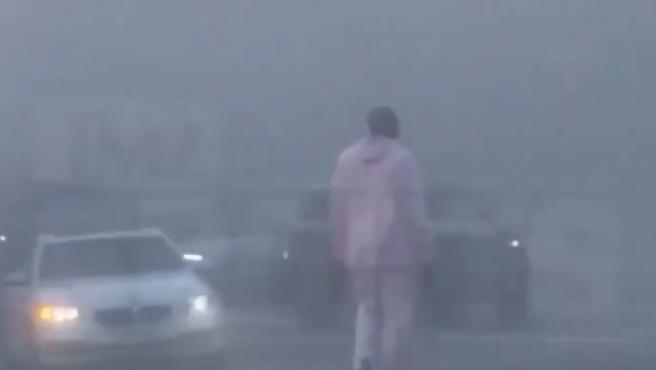 Kobe Bryant se baja del coche para ayudar a los heridos en un accidente múltiple.
