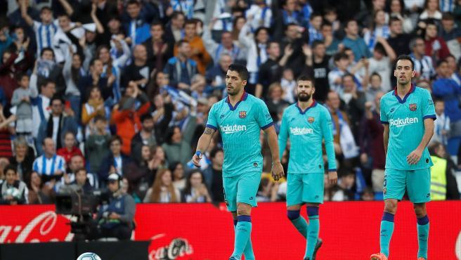 Los jugadores del Barcelona, tras uno de los goles de la Real.