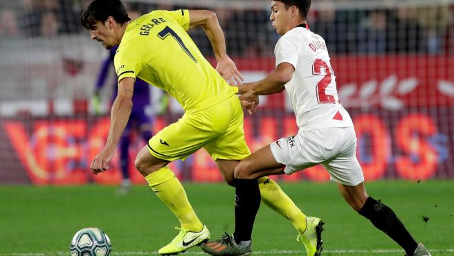 Gerard Moreno se defiende de Oliver Torres durante el Sevilla-Villarreal.