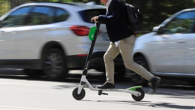 Un hombre circula con un patinete eléctrico.