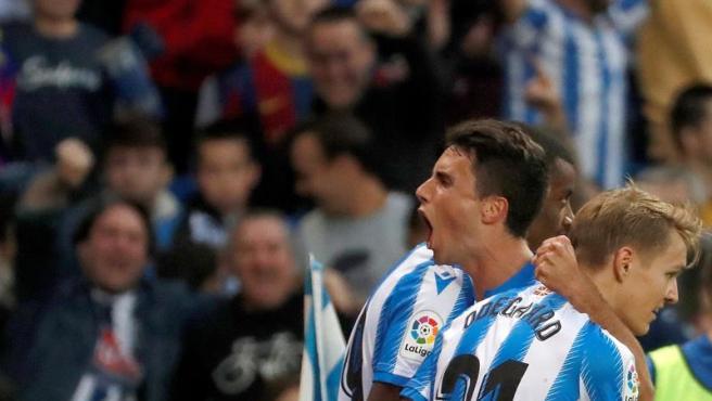 Los jugadores de la Real celebran el empate ante el Barça.