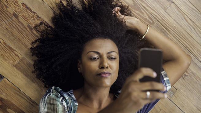 Una mujer se hace un selfie con mirada sugerente.