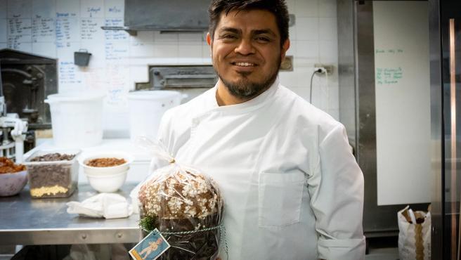 Tonatiuh Cortés posa con el mejor panettone 2019 del país.