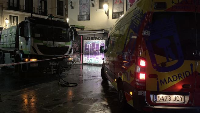 Un vehículo del Samur, junto al camión de la limpieza implicado en un atropello en el que murió un hombre de 65 años, en el distrito Centro de Madrid