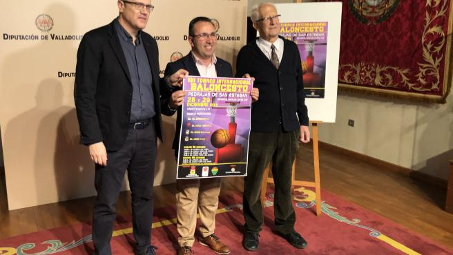 En el centro, el alcalde de Pedrajas, Alfonso Romo, presenta el XXI Torneo Internacional de Baloncesto.