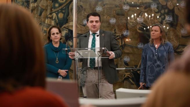 José María Bellido con Isabel Albás y Blanca Torrent