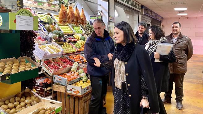 La alcaldesa de Santander, Gema Igual, visita el Mercado de Puertochico