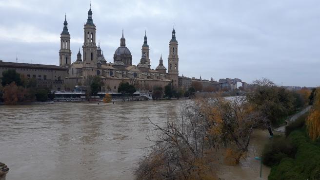 La crecida del Ebro a su paso por la capital aragonesa.