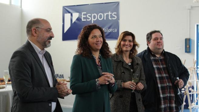 La presidenta del Consell de Mallorca, Catalina Cladera, y el conseller de Turismo y Deportes, Andreu Serra, han recibido este lunes, en el Polideportivo Sant Ferran, a los representantes de las 34 federaciones deportivas de Mallorca.