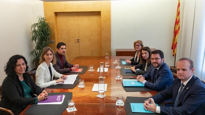 Los equipos negociadores con el vicepresidente de la Generalitat, Pere Aragonès, la consellera Meritxell Budó, los secretarios Albert Castellanos y Meritxell Massó, y de los comuns, Jéssica Albiach, Susanna Segovia y David Cid.