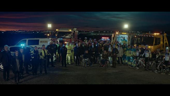 """""""Menos lágrimas, llamadas, sirenas. Menos emergencias. Menos ausencias."""" El anuncio de Navidad de la DGT apuesta este 2019 por agradecer la labor a todos los ciudadanos: al equipo de emergencias, a los agentes de tráfico, a los bomberos, a los ciclistas, a los peatones y a los conductores, por colaborar juntos en reducir la siniestralidad en las carreteras."""