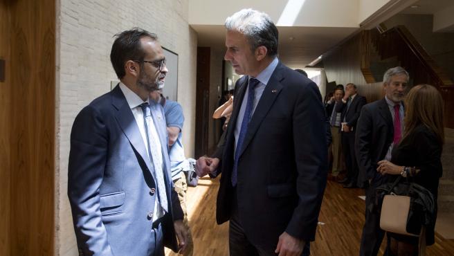 El procurador de VOX Jesús María García-Conde del Castillo (i) habla con el secretario general de Vox y concejal del Ayuntamiento de Madrid, Javier Ortega Smith (d), tras la sesión de constitución de Las Cortes de Castilla y León de la X legislatura.