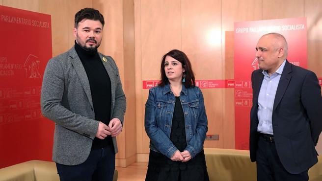 Gabriel Rufián (ERC), junto a Adriana Lastra y Rafael Simancas (PSOE).