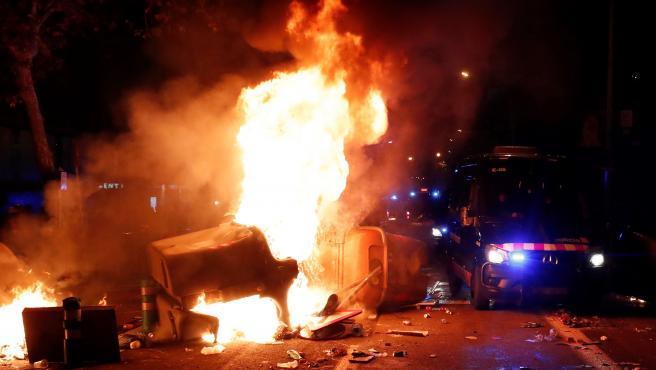 Manifestantes radicales queman contenedores en las inmediaciones del Camp Nou durante el Clásico.