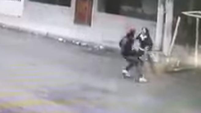 Una cámara de seguridad, instalada en una calle de la ciudad ecuatoriana de Guayaquil, ha grabado el momento en que dos perros evitan que una mujer fuera víctima de un robo con violencia y a punta de pistola.