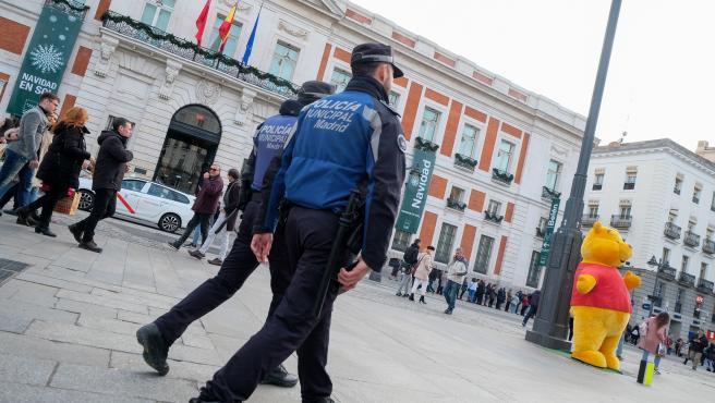 Dos agentes de la Policía Municipal patrullan por la Plaza del Sol de Madrid, a 16 de diciembre de 2019.
