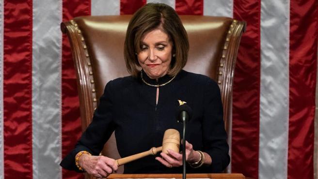 La presidenta de la Cámara de Representantes de EE UU, la demócrata Nancy Pelosi, durante la votación sobre el 'impeachment' contra Donald Trump.