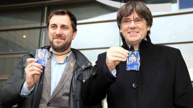 Puigdemont y Comín con sus acreditaciones como eurodiputados